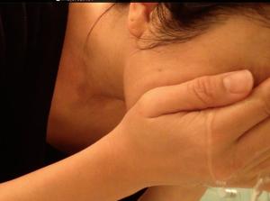クレンジングの後、まずは、ぬるま湯でかるく顔を洗います。