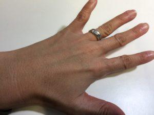 手の甲は、秋冬でも徐々に日焼けをしている。