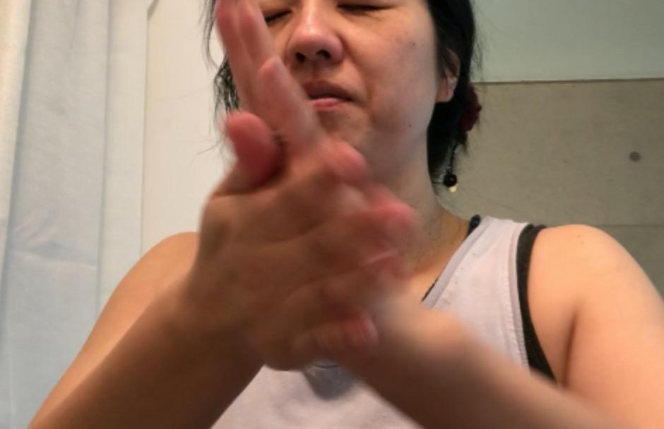 ar肌-アラハダ_ビーグレンのCセラム。手のひらで軽く温めます。
