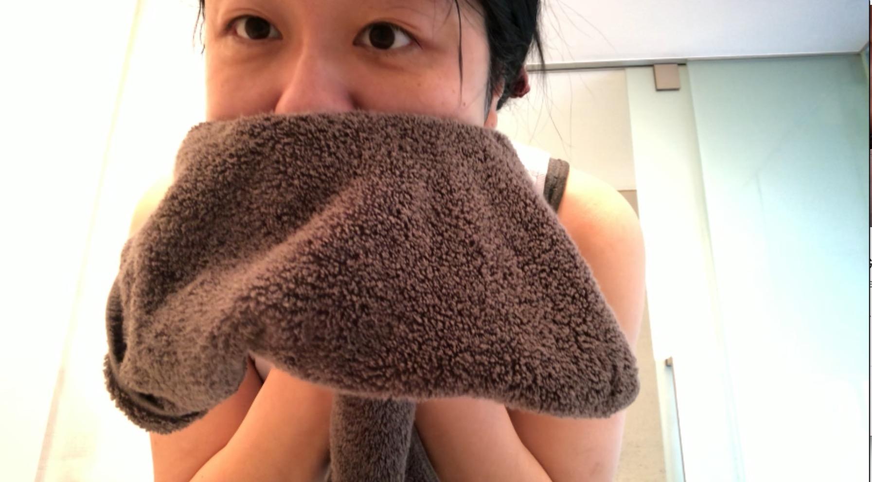 ar肌-アラハダ_優しく洗顔。ビーグレンのクレイウォッシュ。ぬるま湯で洗い流した後は優しくタオルで肌を拭きます。