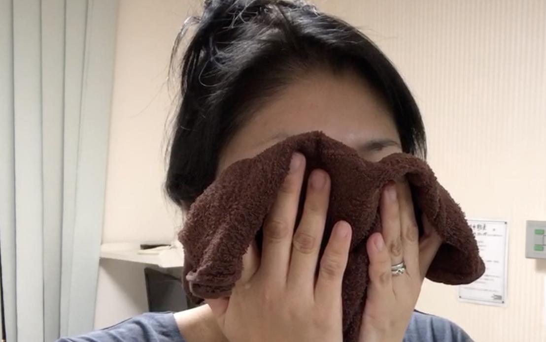 ar肌アラハダ_洗顔前にホットタオルで顔を蒸らすと毛穴が開いて汚れが落ちやすくなります。